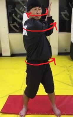 三角筋のストレッチから腰をひねりから顔を前面に