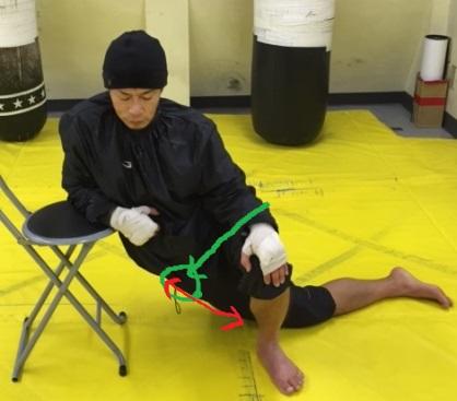 椅子を利用した大腿筋膜張筋のストレッチ