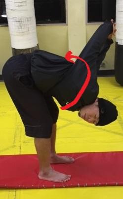 大胸筋、三角筋、上腕二頭筋のストレッチにひねりを加える